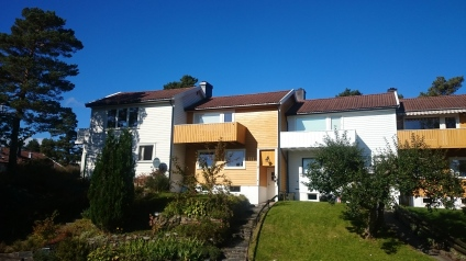 Taket bader i sol i slutten av september (gult hus i midten). Snart skal det dekkes av solceller